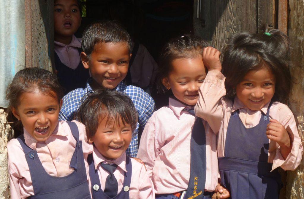Nepalesische Kinder können dank der Unterstützung der Deutsch-Nepalesischen Hilfsgemeinschaft auch in entlegenen Ortschaften des südasiatischen Staates zur Schule gehen. Foto: Richard Storkenmaier