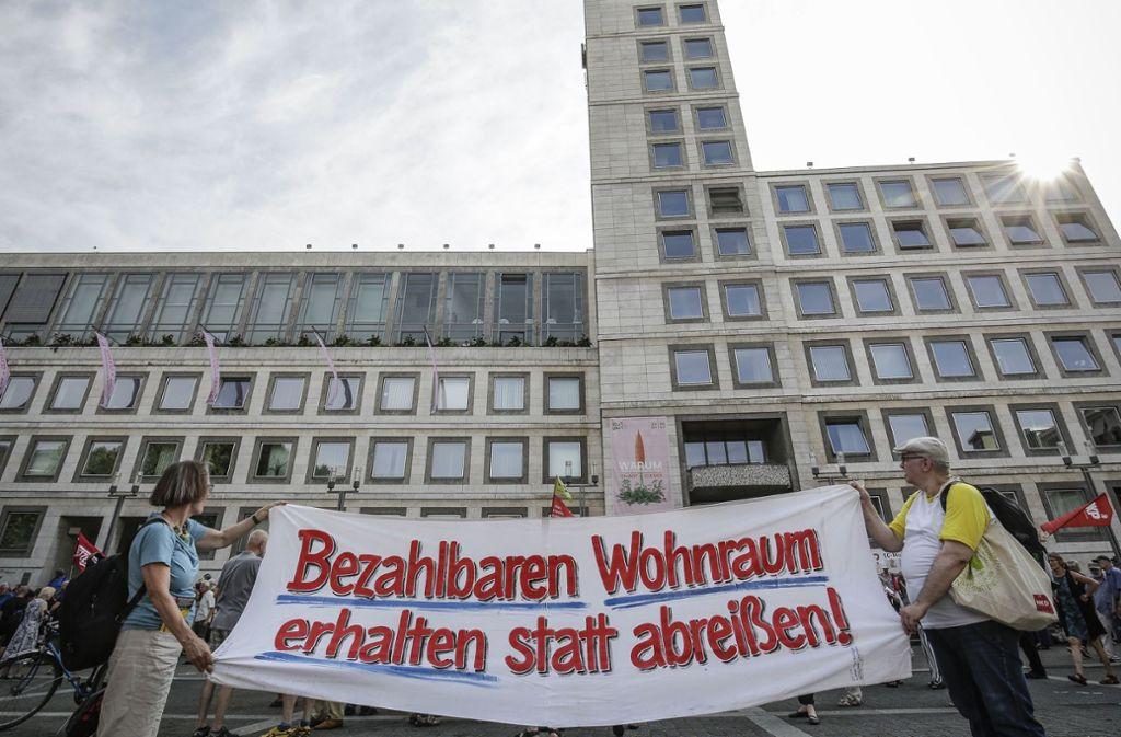 Die steigenden Wohnkosten – hier eine Demo vor dem Stuttgarter Rathaus – in der Großstadt belasten auch die Beschäftigten der Stadtverwaltung. Foto: Lichtgut/Leif Piechowski