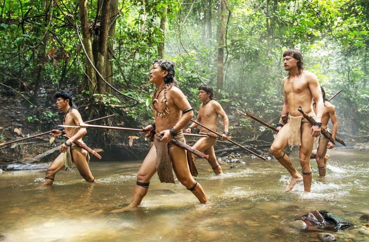 Nick Kelesau (vorne links) und Sven Schelker (vorne rechts) als Bewohner des Dschungels von Borneo Foto: Camino/Tomas Wüthrich