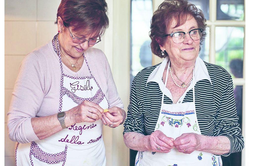 Auf dem Youtube-Kanal Pastagrannies zeigen italienische Omas, wie man Nudeln selbst macht. Foto: /Pasta Grannies: The Secrets of Italy's Best Home Cooksby Vicky Bennison (Hardie Grant) Photography  Emma Lee