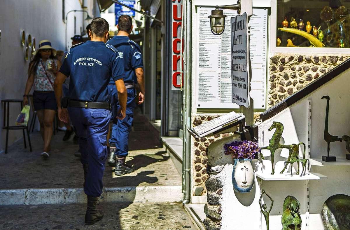Polizisten  in den engen Gassen der Altstadt von Santorin: Jetzt werden die Streifen aufgestockt. Foto: Imago/Manngold
