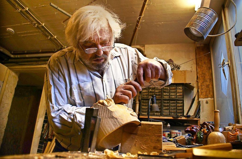 Erich Hasenmaile ist hoch konzentriert, wenn er arbeitet. Das Schnitzen einer Maske dauert etwa 20 bis 25 Stunden. Foto: Leonie Schüler