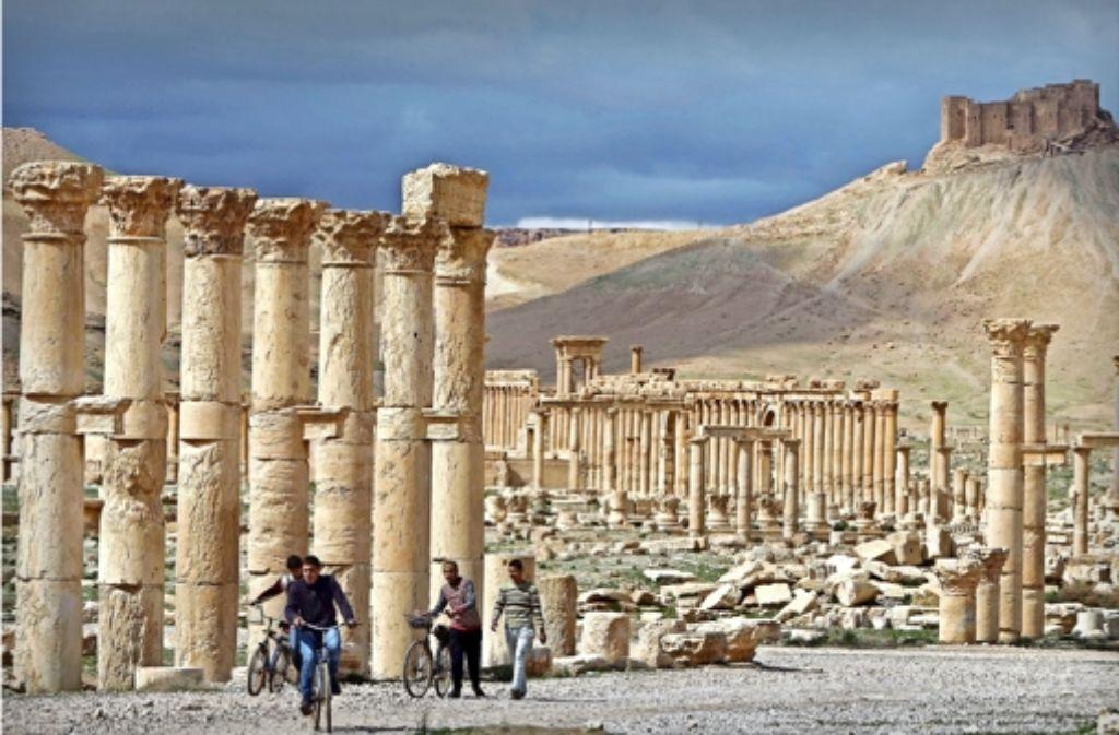 Ein Bild aus friedlicheren Zeiten: junge  Syrer  2014 in  Palmyra. Jetzt fliehen viele Familien aus der Stadt,  und die Welt bangt um  die   römischen Kulturdenkmäler. Foto: AFP
