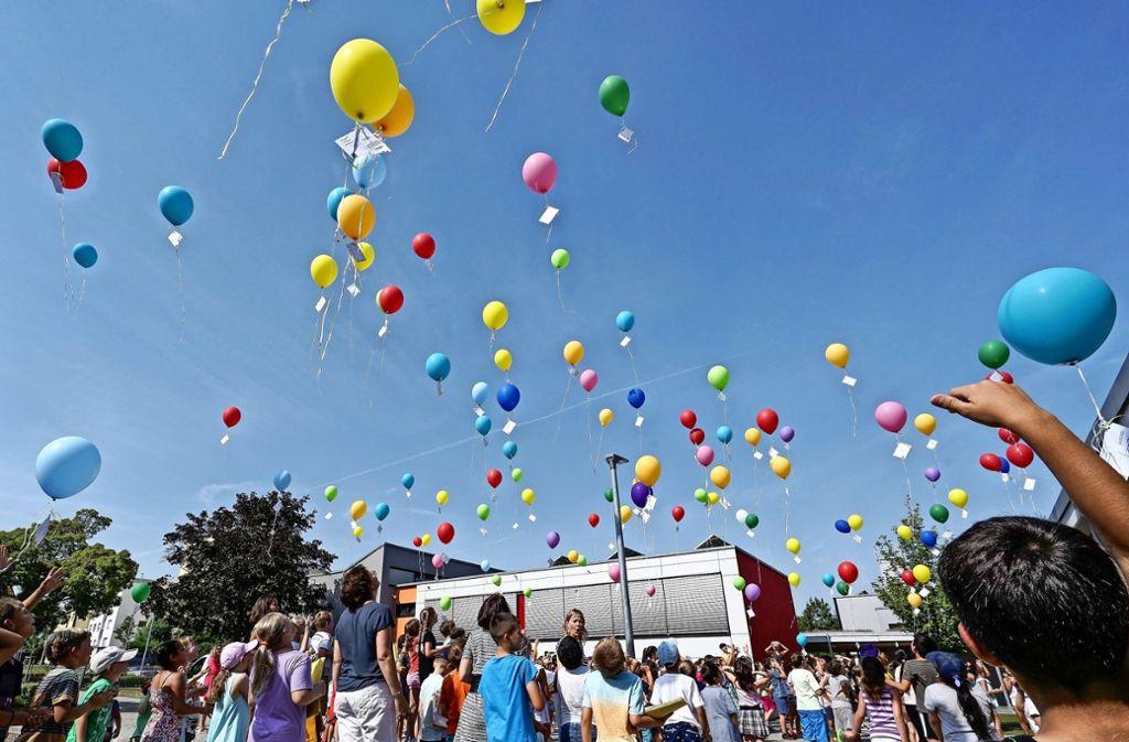 In Hemmingen steigen Luftballons in den Himmel. Der Grund dafür: Der Rektor der Grundschule verabschiedet sich in den Ruhestand. Nur einen Kilometer weiter, im Rathaus,ist die Stimmung dagegen getrübt: Die CDU und die SPD liegen bei der ersten Sitzung des neuen Gemeinderates weiterhin im Clinch. Foto: factum/