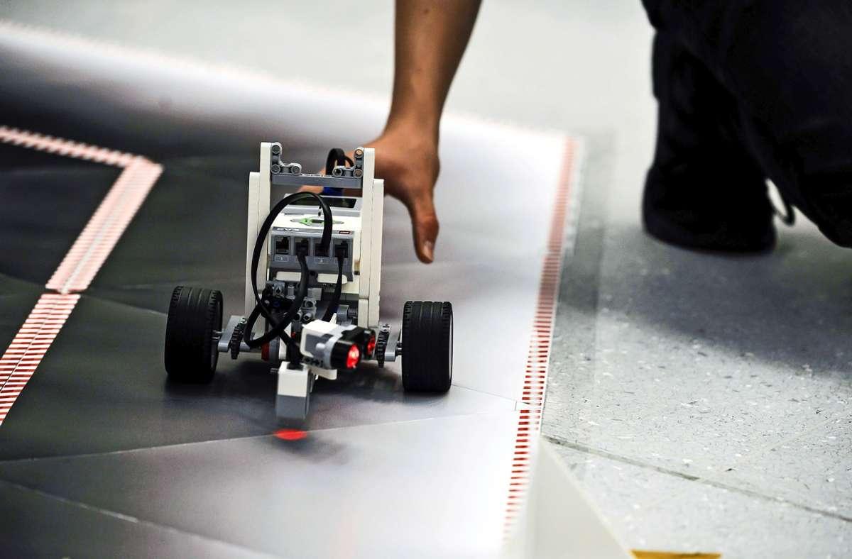 Zurück in die Spur: Beim Roborace ist auch Handarbeit gefragt. Foto: Lichtgut/Max Kovalenko