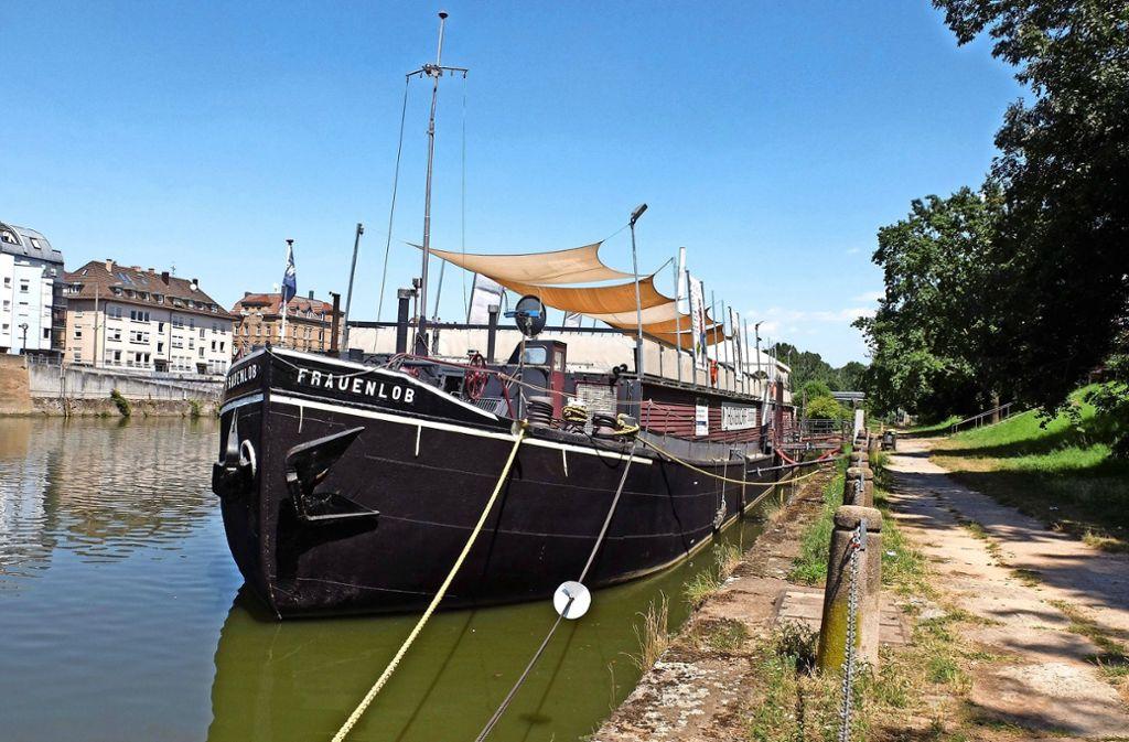 Das Theaterschiff bietet seit zehn Jahren als schwimmende Kulturbühne am Neckar das ganze Jahr über Aufführungen. Foto: Iris Frey