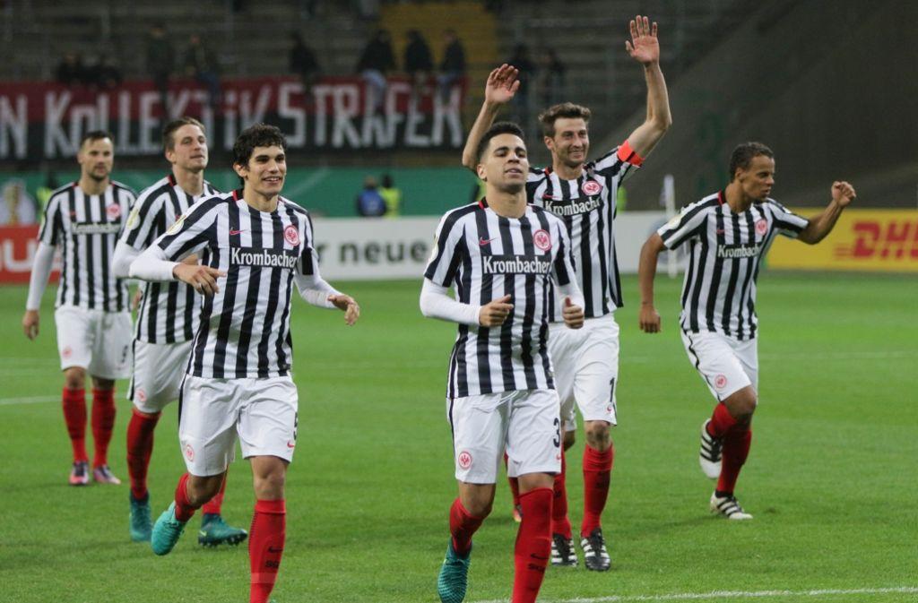 Frankfurt hat vor einem überwiegend leeren Stadion Ingolstadt besiegt und steht nun im Pokal-Achtelfinale. Foto: dpa