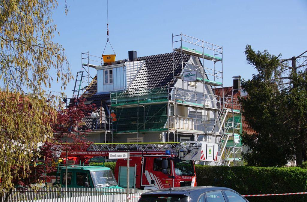 Als der junge Mann und seine Kollegen an diesem Haus arbeiten, passiert das Unglück. Foto: SDMG/Boehmler
