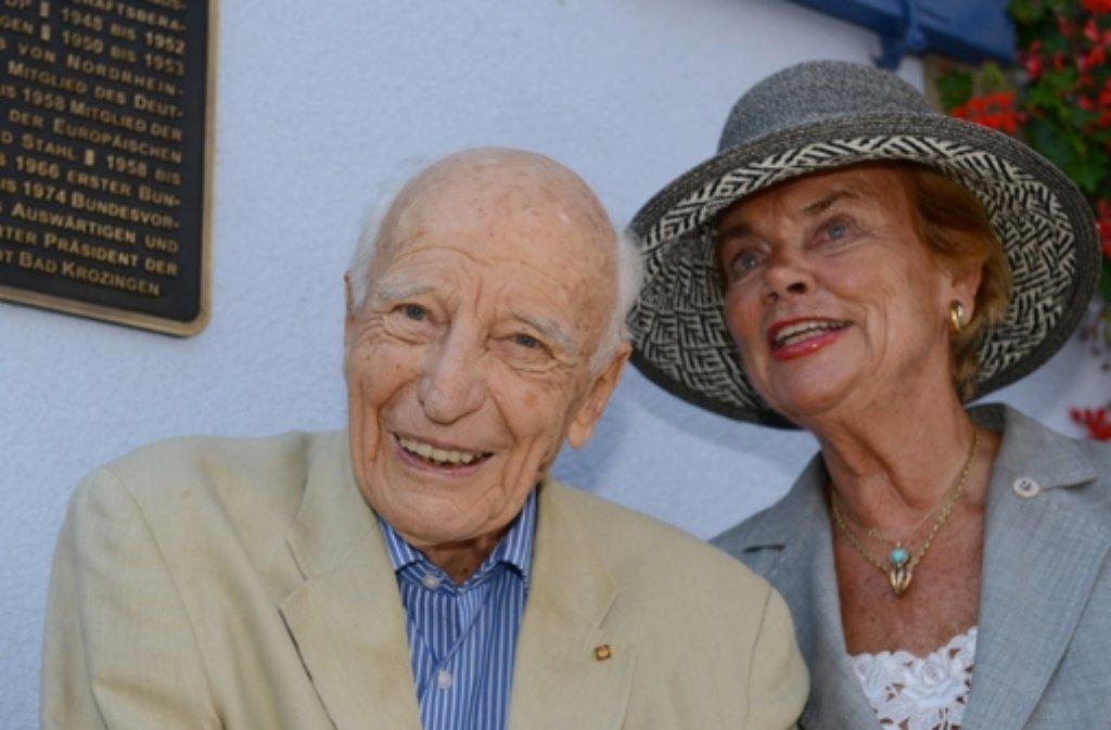 Der ehemalige Bundespräsident Walter Scheel mit seiner Frau Barbara. Foto: dpa