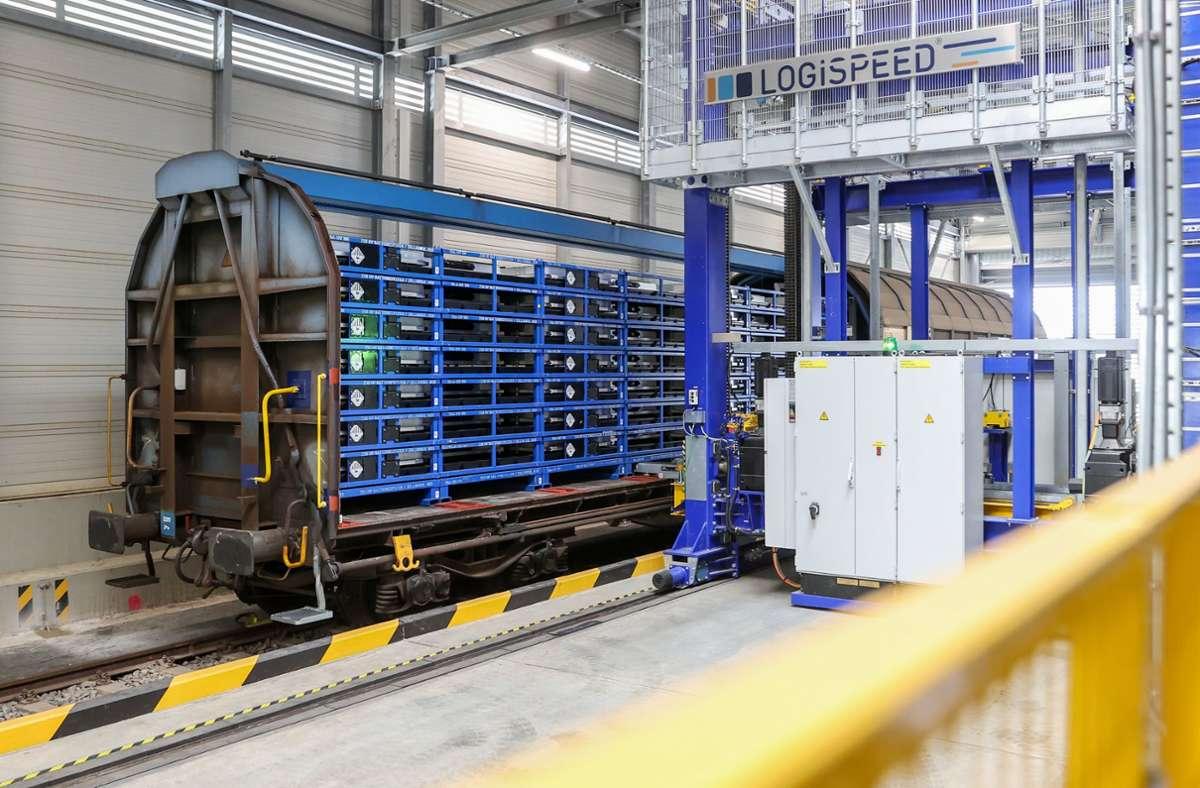 Eine vollautomatische Anlage lädt Batterien für den VW ID.3 und ID.4 im VW-Werk Zwickau aus einem Zug. (Archivbild) Foto: dpa/Jan Woitas