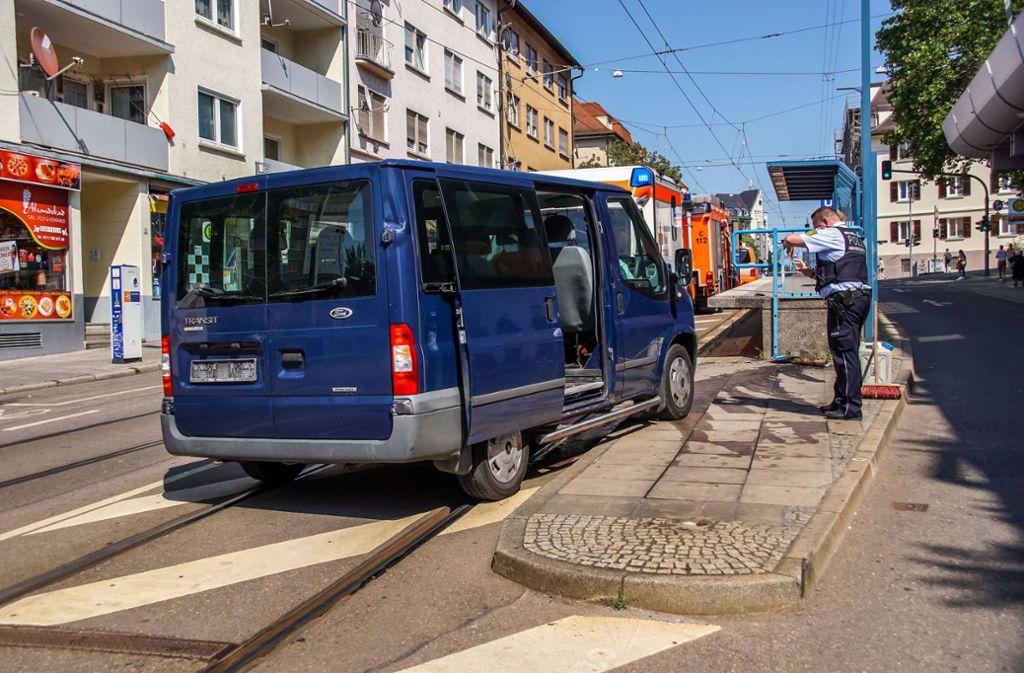 Warum der Fahrer gegen die Haltestelle krachte, ist noch unklar. Foto: 7aktuell.de/Andreas Werner