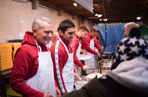 VfB-Profis verteilen Steaks