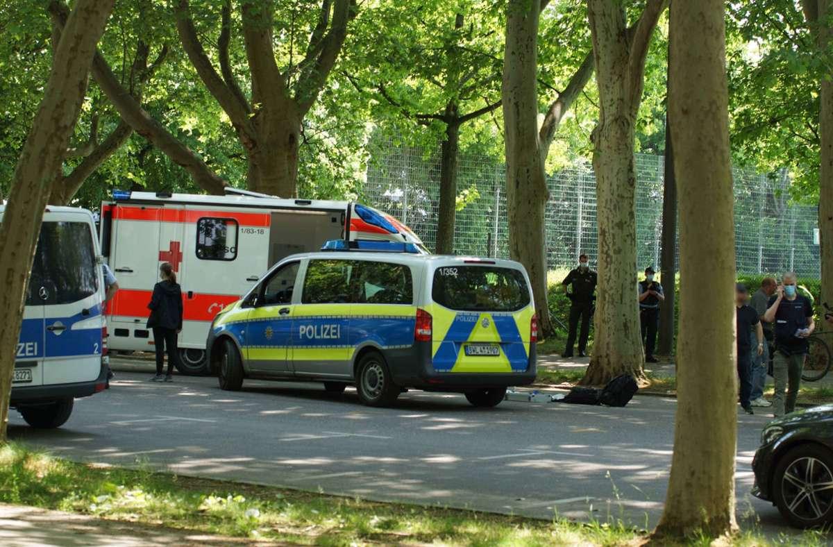Tatort Mercedesstraße am 16. Mai: Polizei und Rettungsdienst kümmern sich um die Opfer des Überfalls. Foto: /Andreas Rosar/ Fotoagentur Stuttgart