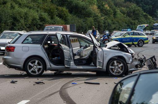 Autofahrer rast in Stauende und wird lebensgefährlich verletzt