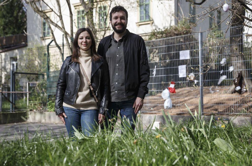 Anastasia Lunev und Nicolas Krischker haben den Gabenzaun an der Paulinenbrücke initiiert. Foto: Lichtgut/Julian Rettig