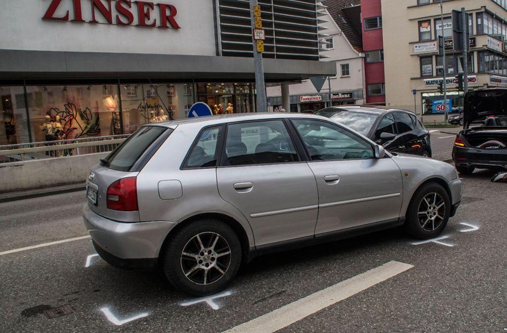 Der 69-Jährige verliert in Herrenberg die Kontrolle über sein Auto und kracht in einen Audi. Foto: SDMG