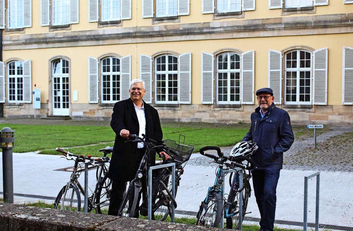 Ein Platz fürs Fahrrad:  Rektor Stephan Dabbert und Verkehrsminister Winfried Hermann Foto: Jacqueline Fritsch