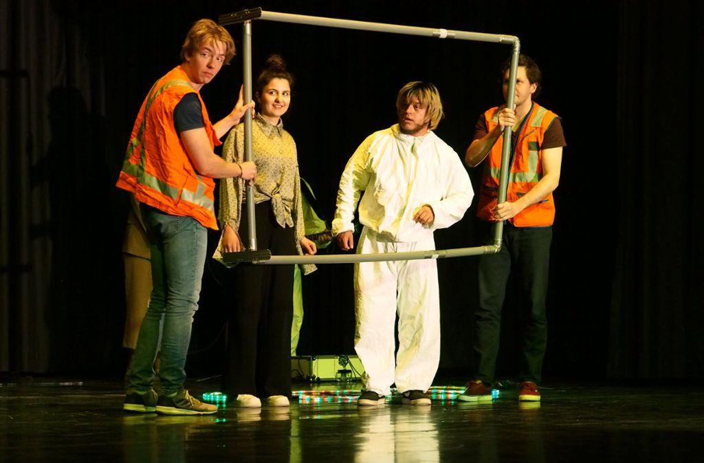 """Bei dem interaktiven Stück """"Common Ground"""" der chilenischen Truppe Colectivo Racún stehen zwei polnische und ein chilenischer Mime mit einer Schauspielerin aus Mannheim gemeinsam auf der Donzdorfer Bühne. Foto:"""