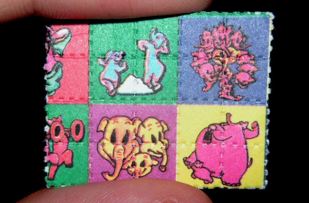 """Die kristalline Droge LSD wird häufig auf Löschpapier-Bogen (englisch: Blotter), das wie diese """"Pink Elephant Blotters"""" häufig farbig bedruckt sind, von Dealern in Umlauf gebracht. Foto: Wikipedia commons"""