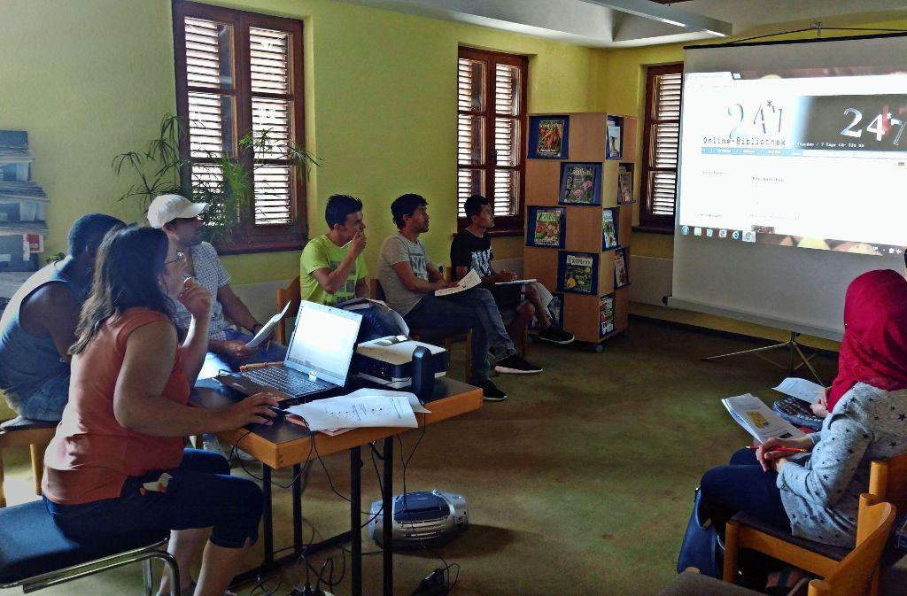 Das E-Learning-Programm wird den Flüchtlingen in Ebersbach vorgestellt. Foto: Stadt Ebersbach