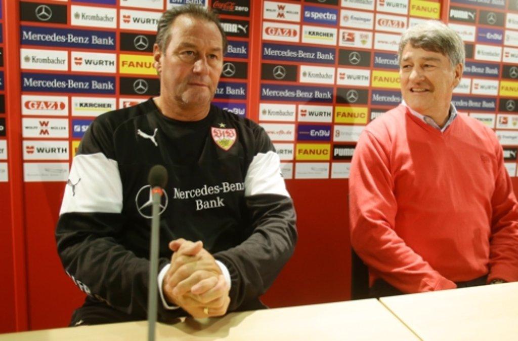 Huub Stevens (links) ist neuer Cheftrainer des VfB Stuttgart. Er wurde am Dienstag offiziell in einer Pressekonferenz von Präsident Bernd Wahler vorgestellt.  Foto: Pressefoto Baumann