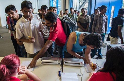 Dolmetscher sollen Missverständnissen vorbeugen, die unter vielen Flüchtlingen vorhanden sind. Foto: dpa