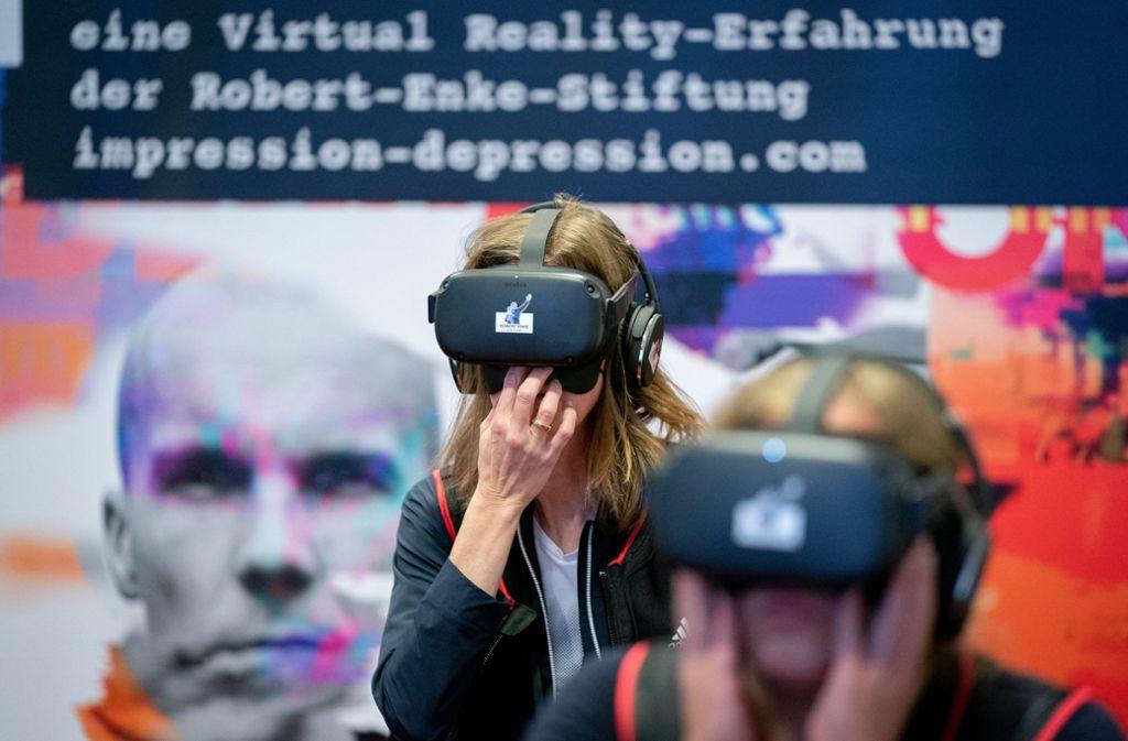 Im Rahmen der Vorstellung der Aufklärungskampagne über Depressionen konnten Journalisten mit einer VR-Brille einen Eindruck davon bekommen, wie sich die Krankheit anfühlt. Foto: dpa/Kay Nietfeld