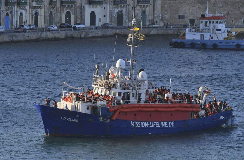 Das Flüchtlings-Rettungsschiff der deutschen Hilfsorganisation «Lifeline» erreicht den Hafen von Valletta. Foto: AP
