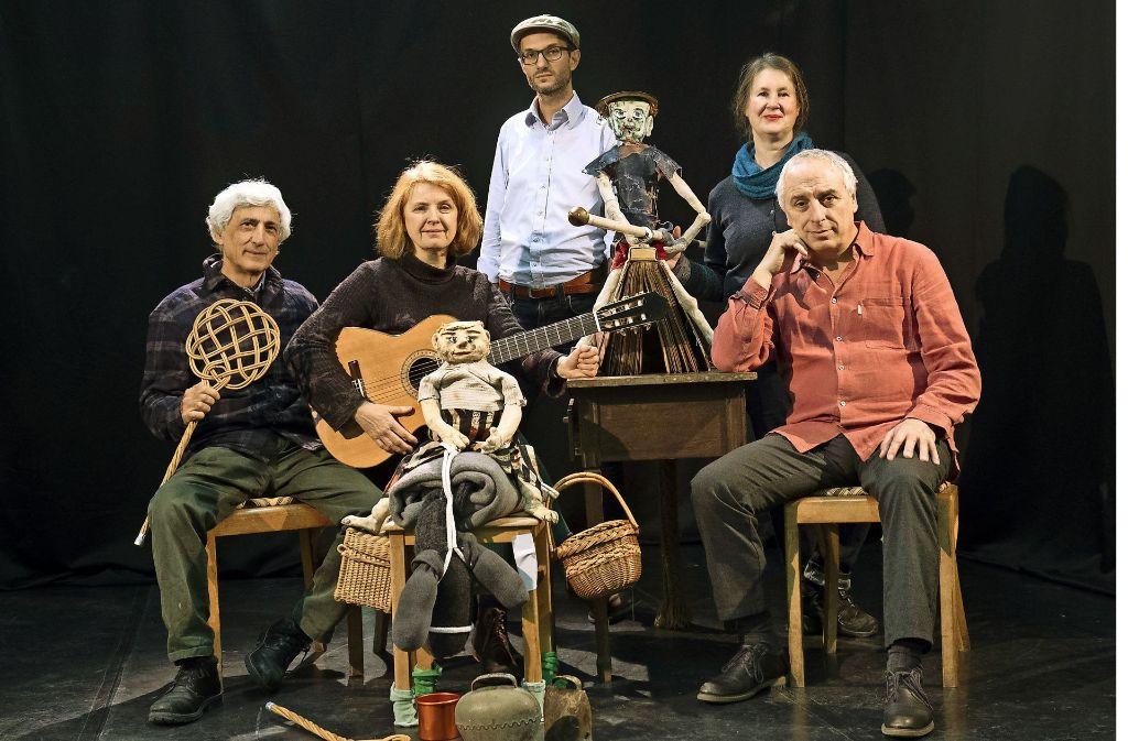 Das Materialtheater heute:  Luigi Consalvo, Sigrun Kilger, Daniel Kartmann, Annette Scheibler, Alberto Garcia Sanchez (von links) Foto: Lichtgut/Michael Latz