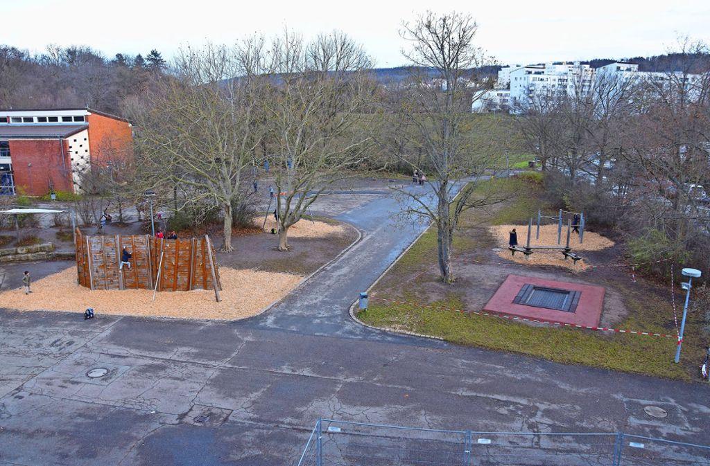 So sieht der Pausenhof der Rappachschule heute aus. Die neue Mensa soll im hinteren Bereich des Fotos rechts entstehen. Foto: Petra Mostbacher-Dix