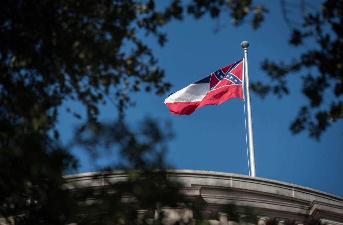 Die derzeitige Flagge von Mississippi soll abgeschafft werden. Foto: AFP/RORY DOYLE