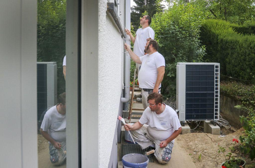 Voll dabei: Giulio Sansone, Fabian Stuber und Milenko Kolundzec (von hinten nach vorne), putzen in Neckarweihingen eine Hausfassade  heraus. Foto: factum/