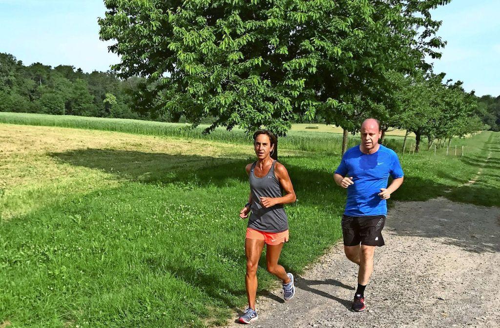 Wenn es die Temperaturen zulassen, gehen Sabrina Birkicht und Jochen Müller eine Runde zügig joggen auf der Waldau. Foto: Julia Bosch