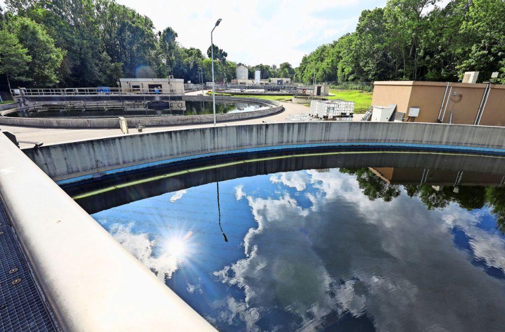 In die Kläranlage wird kräftig investiert. Etwa in ein neues Belebungsbecken (links oben). Foto: factum/