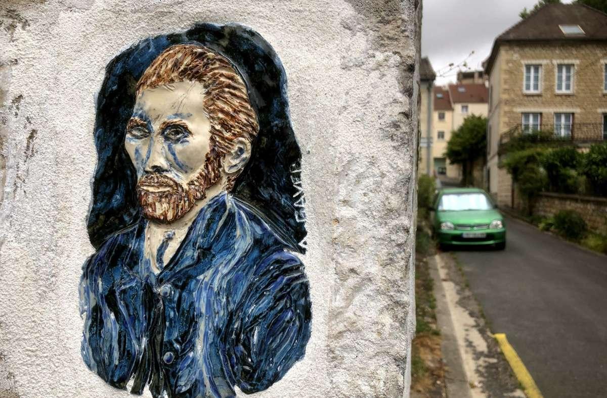 Eine kleine Keramiktafel erinnert an einer Straßenecke in Auvers-sur-Oise an den Künstler Vincent van Gogh. In der kleinen französischen Stadt wurde nun der Ort entdeckt, wo er sein letztes Bild malte. Foto: Krohn/Krohn