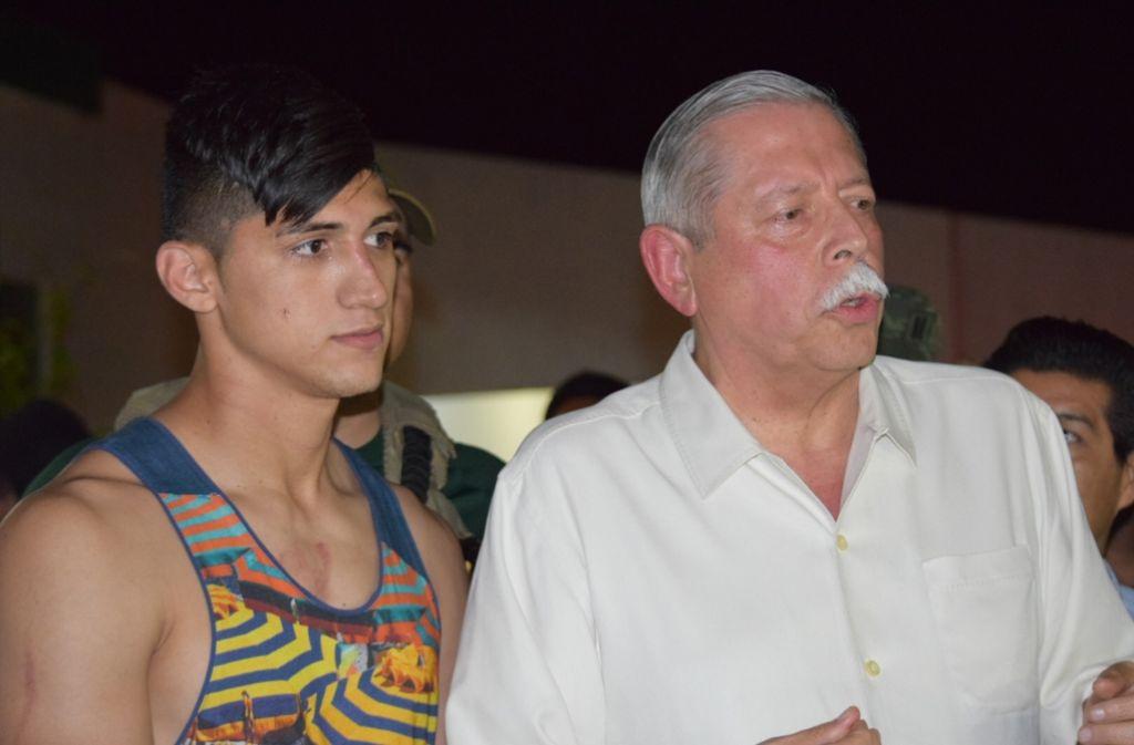 Der mexikanische Fußballspieler Alan Pulido (links) mit dem Gouverneur des mexikanischen Bundesstaates Tamaulipas, Egidio Torre Cantu nach seiner Freilassung. Foto: AP