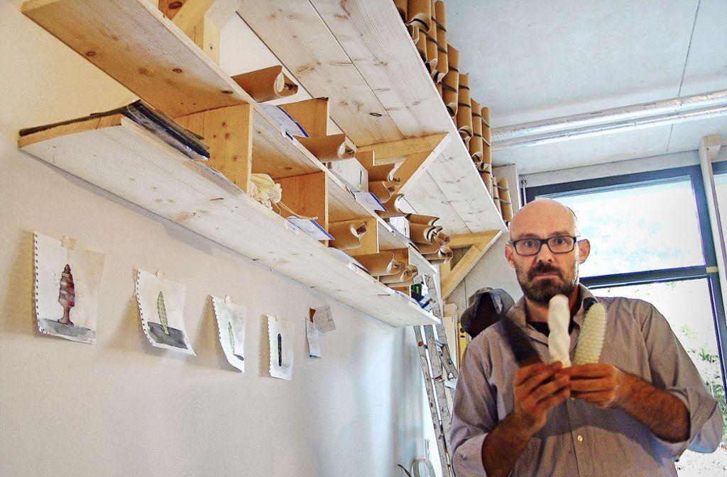 David Baur mit seinen Prototypen und weiteren zeichnerischen Entwürfen. Foto: Friedl/Friedl
