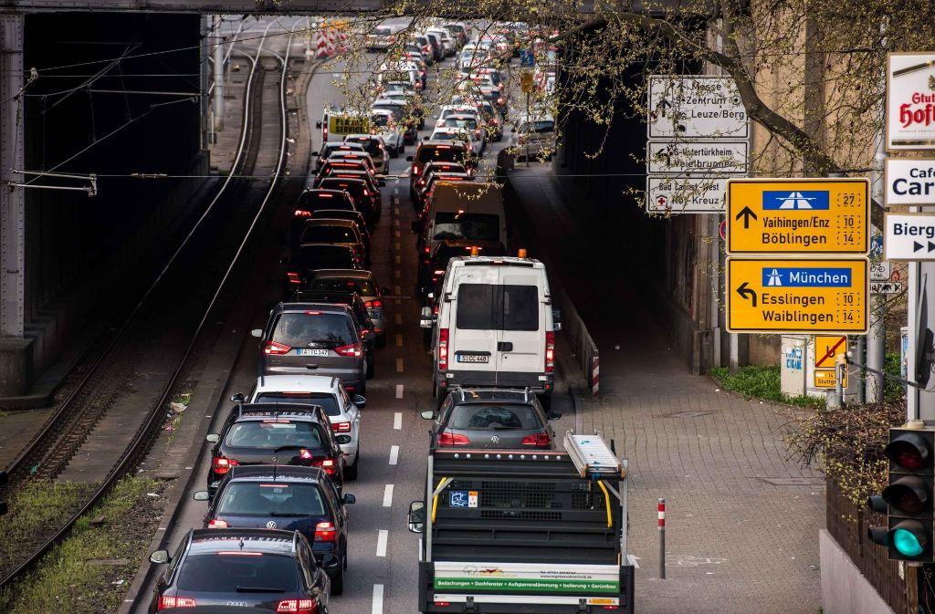 Die Feinstaub-Alarmsaison ist zu Ende, die Verkehrsbelastung in der Stadt und geplante Fahrverbote für 2018 bleiben Themen. Foto: Lichtgut/Max Kovalenko