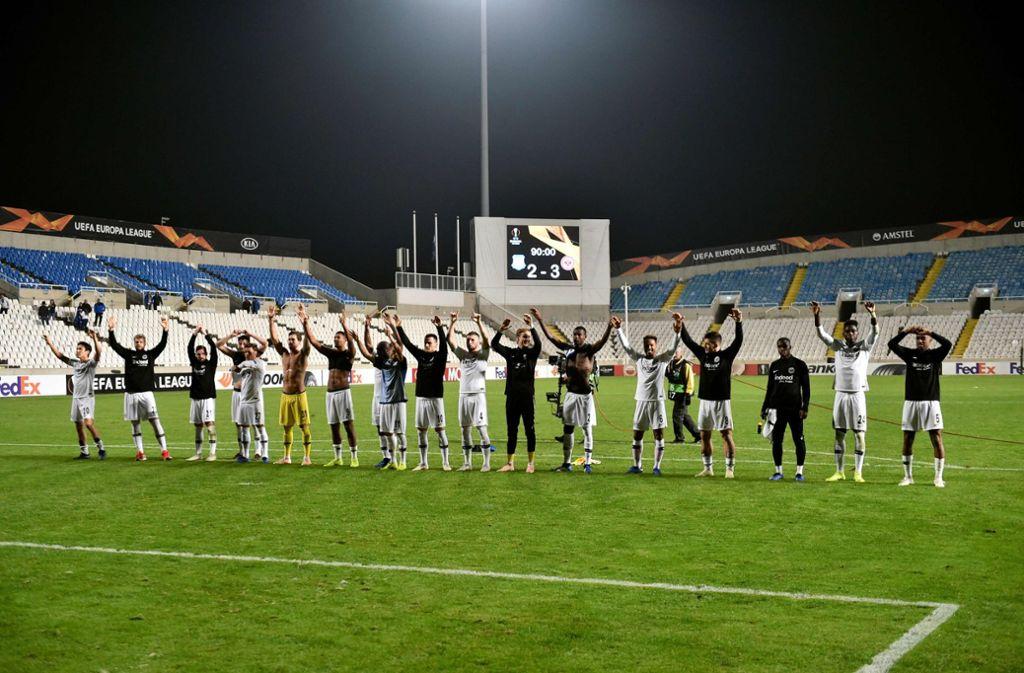 Das Team der Eintracht Frankfurt bedankt sich für die Unterstützung der Fans. Foto: AFP