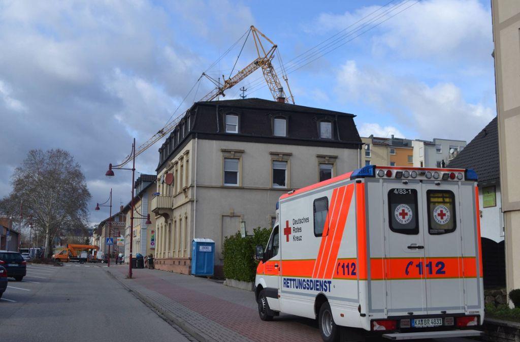 In Bretten im Kreis Karlsruhe ist ein Baukran auf zwei Hausdächer gestürzt. Foto: 7aktuell.de/Im