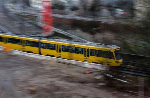 36-Jährige stürzt nach Kollision mit Stadtbahn