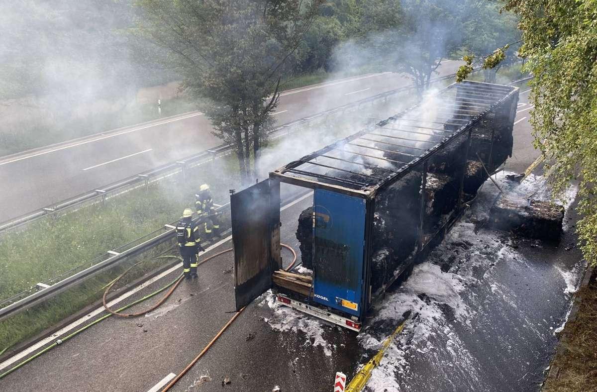 Ein Anhänger geriet auf der B27 in Brand. Foto: 7aktuell.de