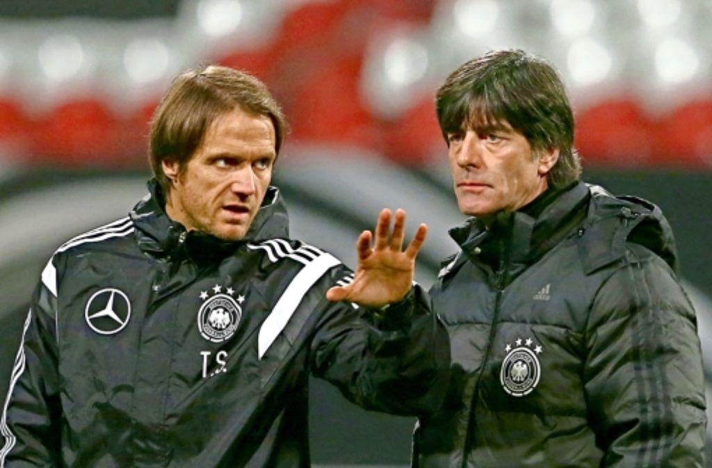 Thomas Schneider (li. neben Joachim Löw) hat ein Herz für den Jugendfußball. Foto: