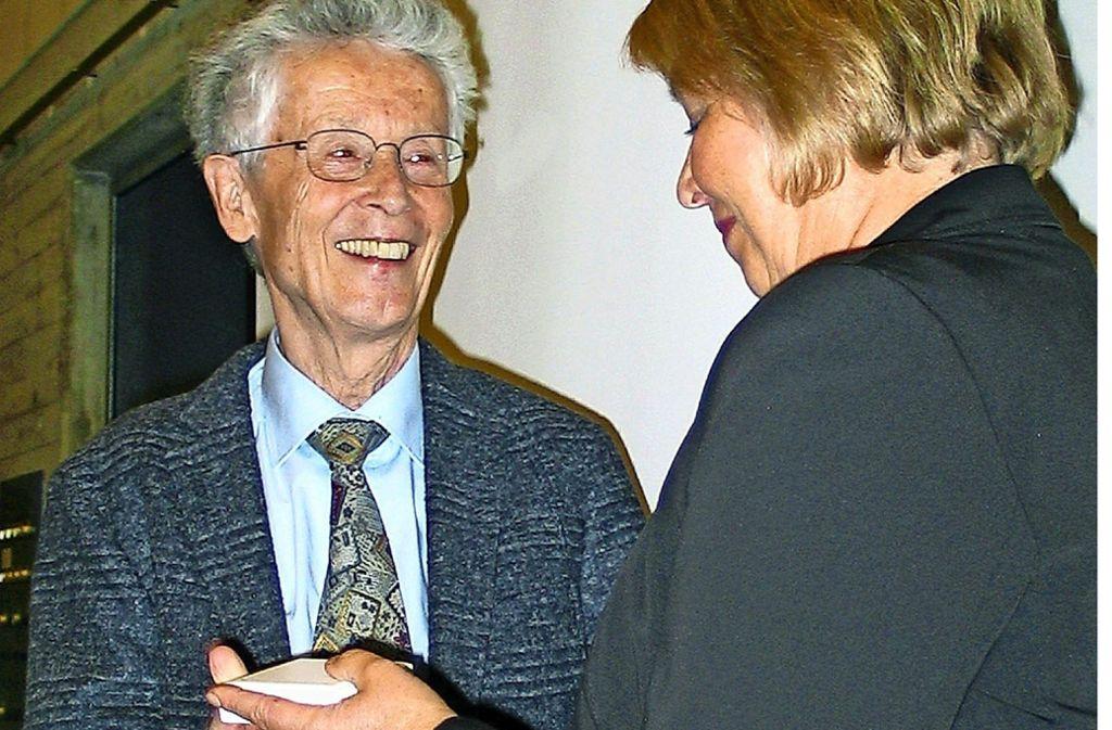 Christina Kolb hat Wolfgang Meyle  die  Medaille überreicht. Foto: /Susanne Müller-Baji