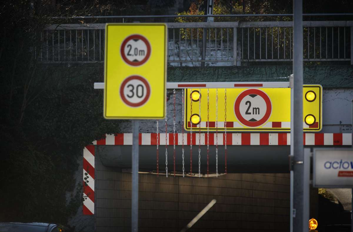 """Alle Warnhinweise nützen nichts: Die Unterführung ist im Ort als """"Sprinterfalle"""" bekannt. Foto: Gottfried Stoppel"""